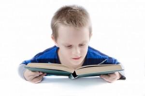 Schulkind mit Buch